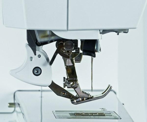 Maszyna BERNINA z system górnego transportu BERNINA Dual Feed