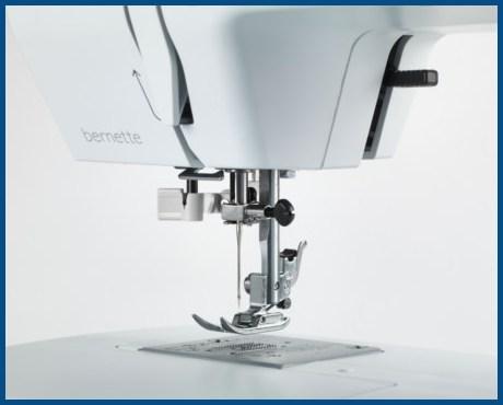 BERNINA bernette B35 - Mechaniczna maszyna do szycia dla początkujących - Zatrzaskowy system mocowania stopek