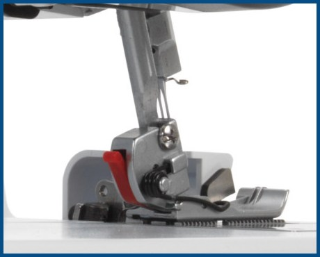 BERNINA bernette B44 Funlock - overlock 4-nitkowy - Zatrzaskowy system mocowania stopek